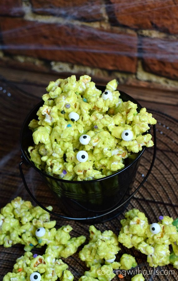 Monster-Munch-Popcorn-makes-a-perfect-Halloween-treat-cookingwithcurls.com_