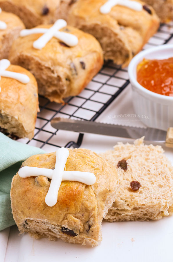 cross rolls with raisins